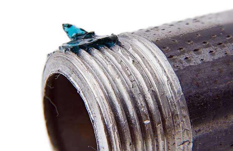 Анаэробный герметик компенсирует недостатки резьбы, заполняя пустоты