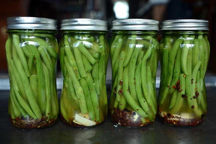 Можно консервировать и стручковую фасоль и зрелые семена