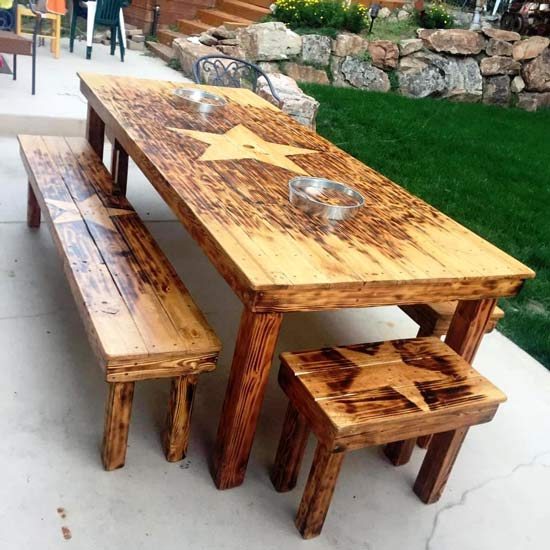 Большой обеденный стол со скамьями