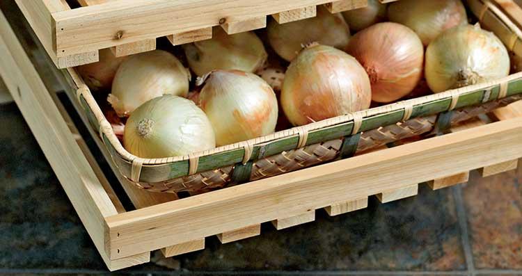 Лук хранят в деревянных ящиках с большими вентиляционными отверстиями